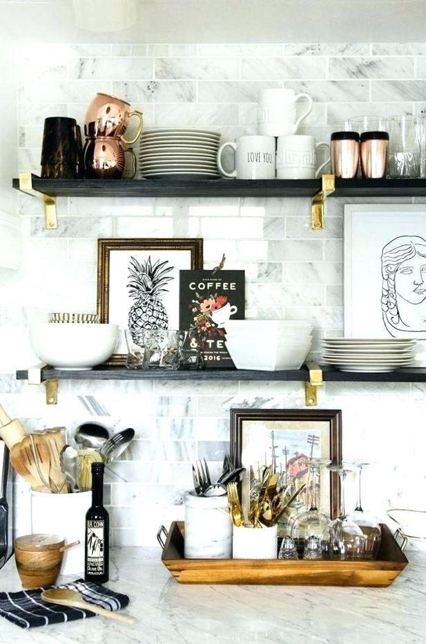Choisissez des objets blancs pour créer l'illusion d'une cuisine plus lumineuse.
