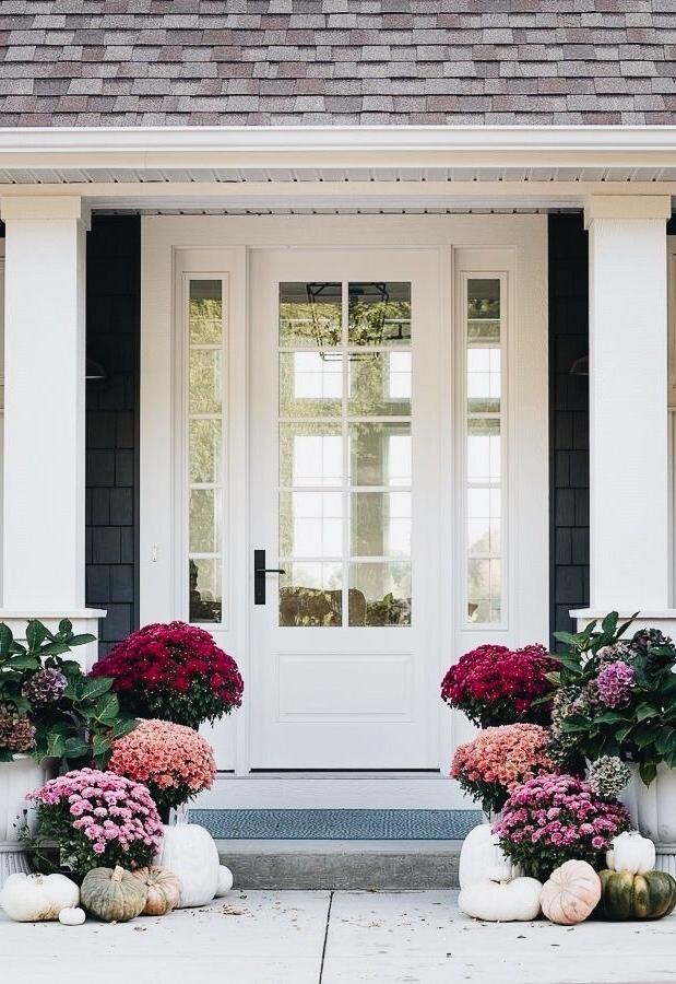 Peignez la porte d'entrée en blanc pour créer un contraste avec les fleurs. Votre façade sera la plus époustouflante du quartier.