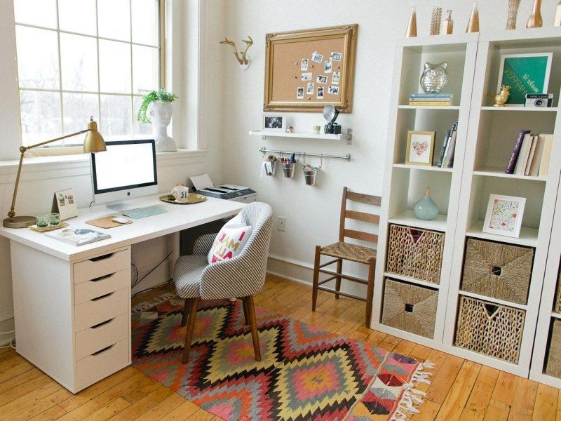 Idée déco bonus - si votre bureau n'est pas grand, décorez l'espace qui l'entoure.