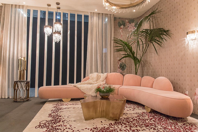 Un canapé en velours et un papier peint dans une couleur similaire - pure élégance.