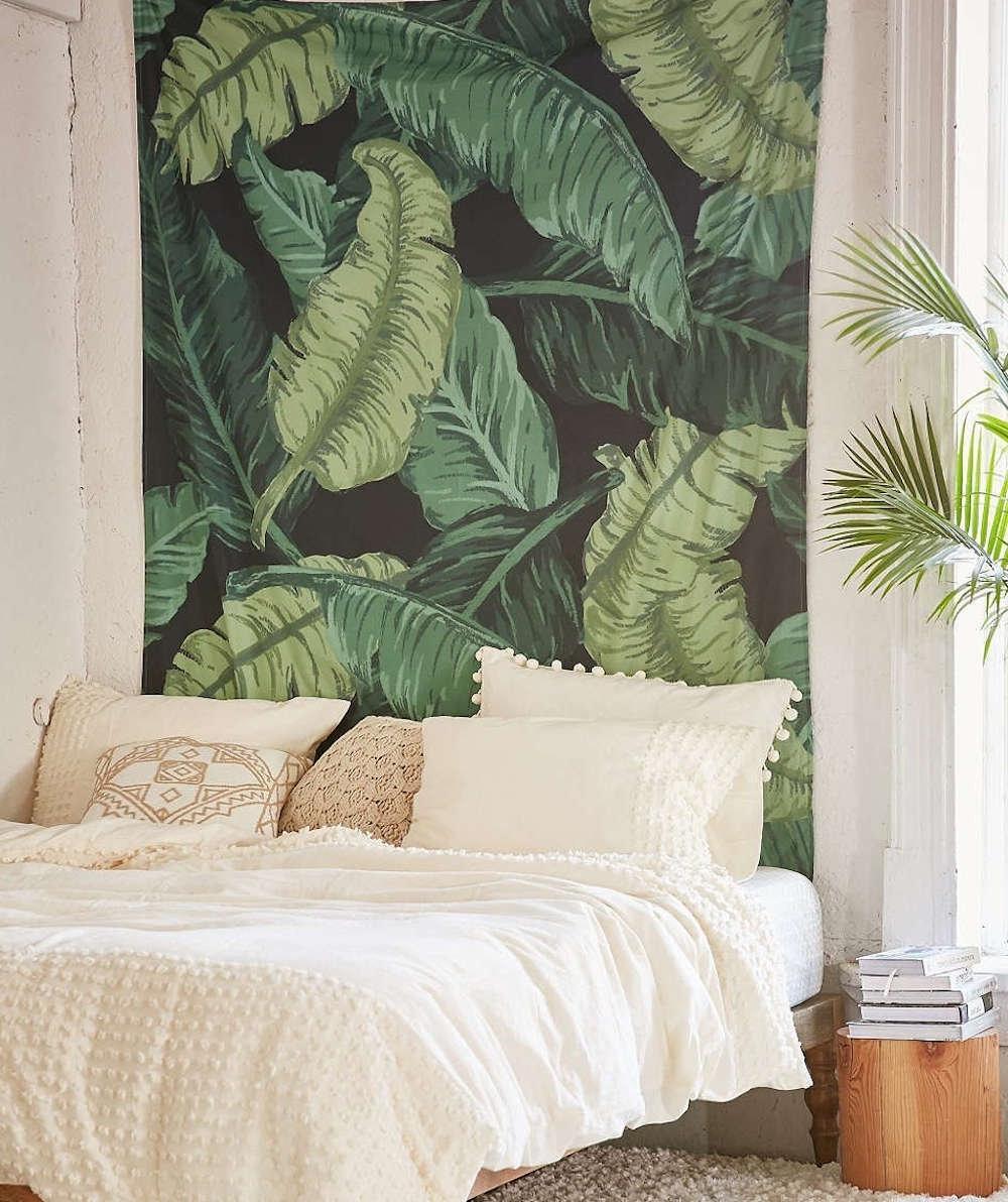Il est possible de créer une sensation estivale sans fin dans votre chambre à coucher avec des papiers peints tropicaux.
