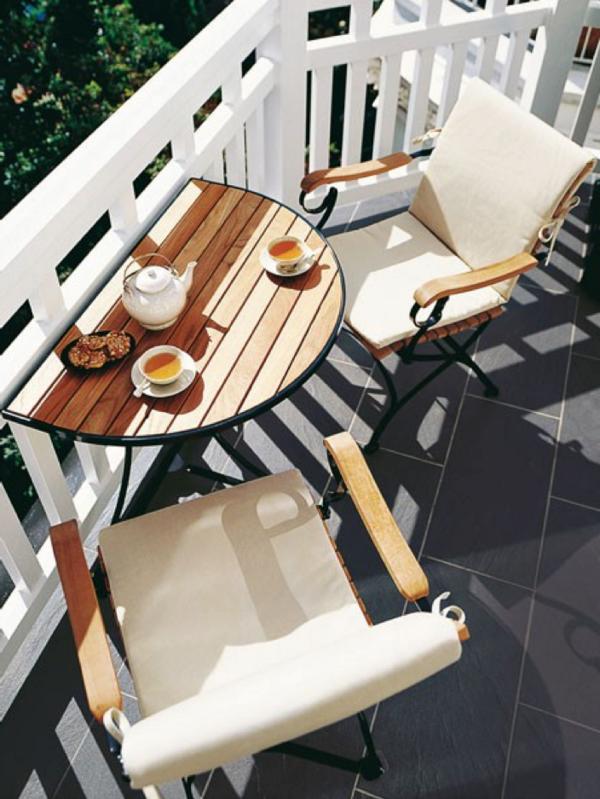 Une combinaison de métal et de bois - le choix parfait pour votre terrasse.