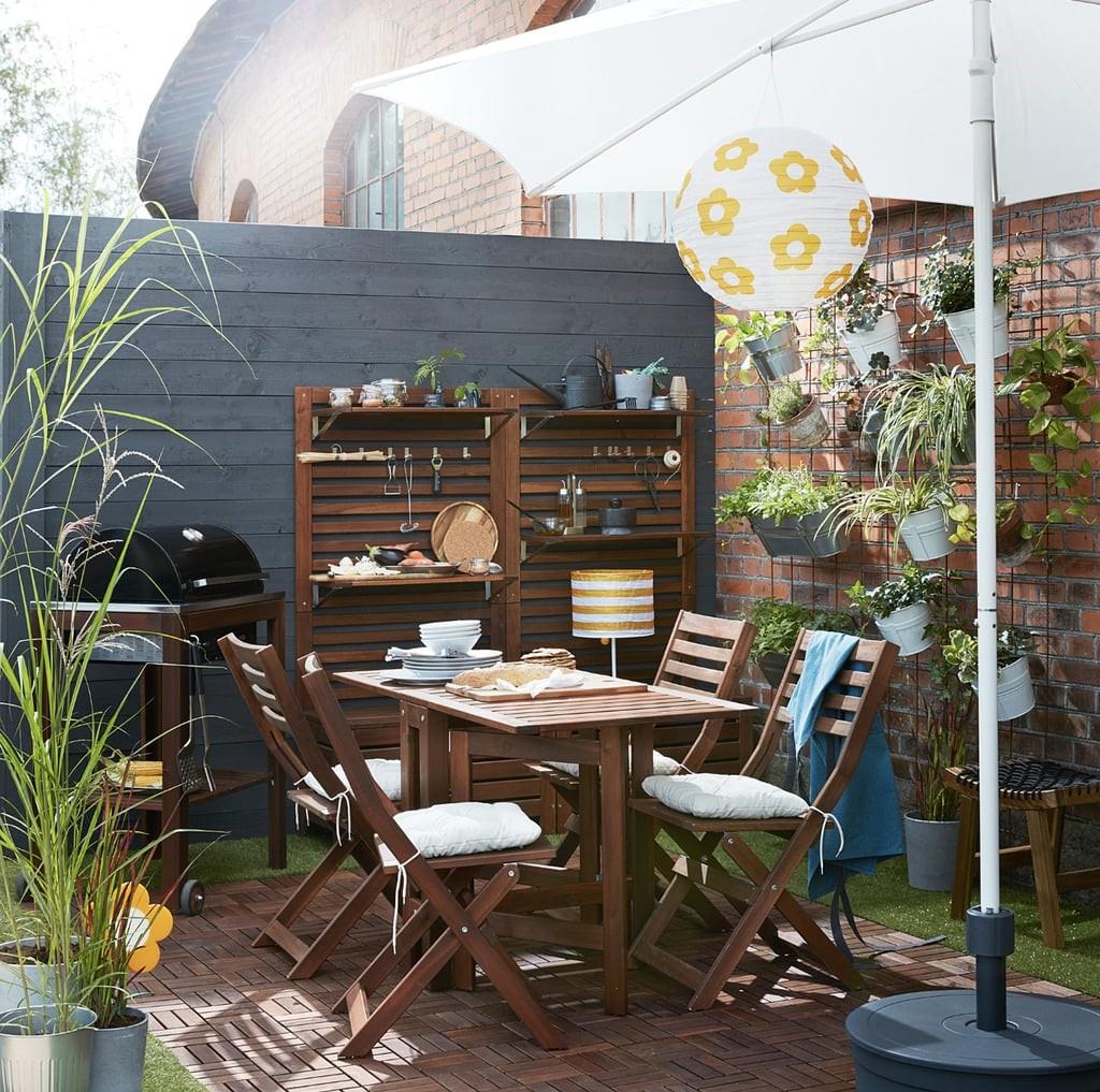 Un bon exemple pour économiser de l'espace dans le jardin sont les chaises pliantes.