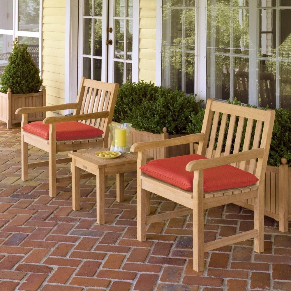 Chaises et table basse en bois - choix classique.