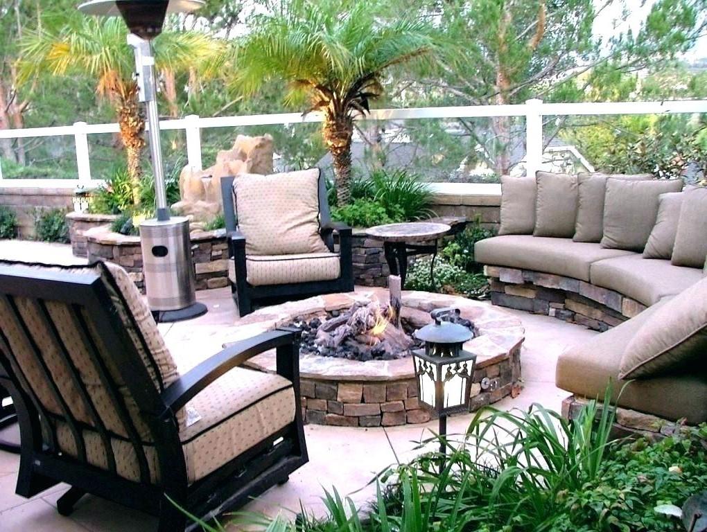 Si vous avez de la chance d'avoir une cheminée dans votre jardin, laissez-la prendre la place centrale et rangez vos meubles autour d'elle.