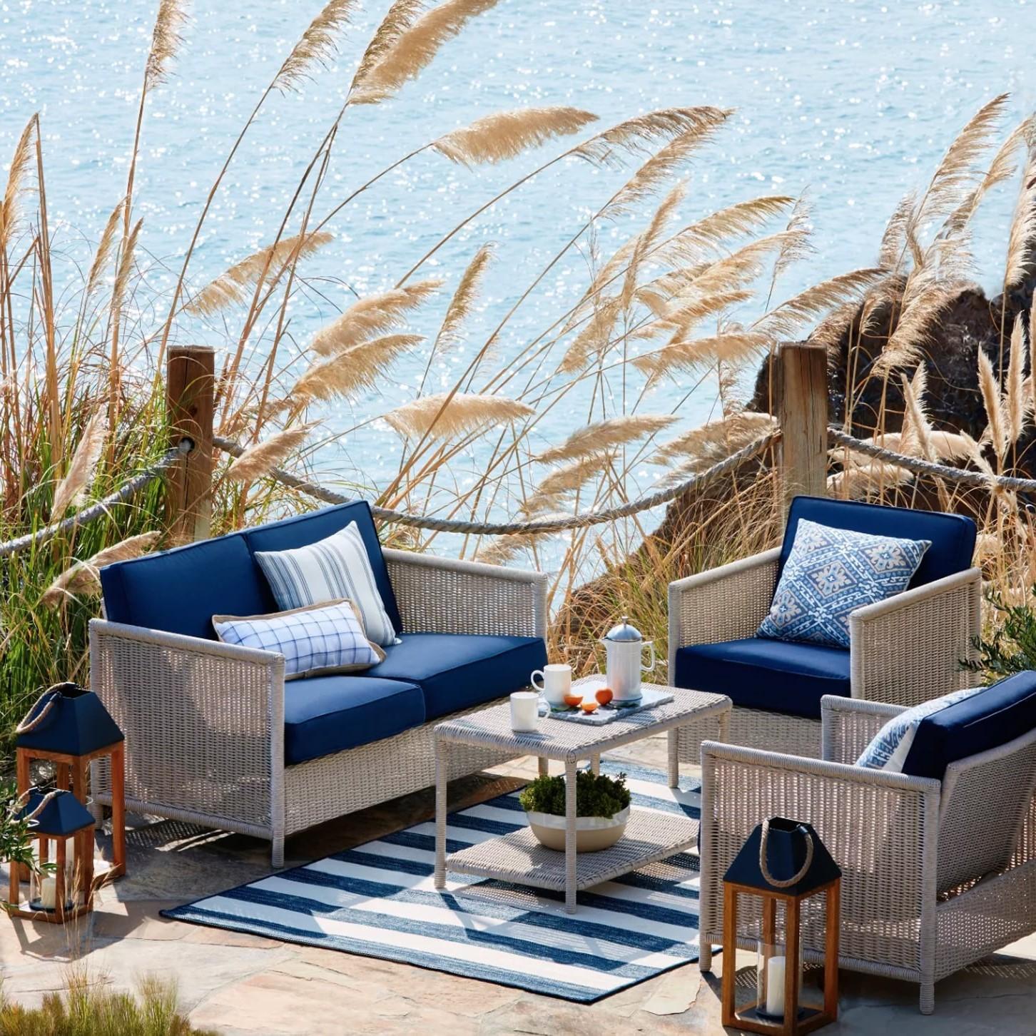 Même si vous n'avez pas vue sur la mer, faites en sorte que votre jardin vous donne l'impression d'être en vacances là-bas. Le bleu et le blanc sont tout ce dont vous avez besoin.