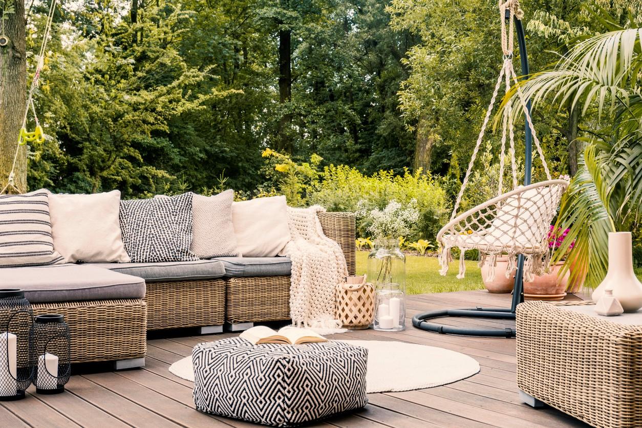 Si vous ne voulez pas ajouter trop de couleurs, optez pour des motifs graphiques. Ils sont la décision parfaite pour un salon de jardin moderne.