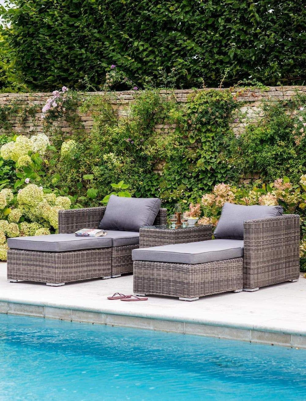 Le mobilier de jardin en rotin est un excellent choix grâce à sa durabilité.