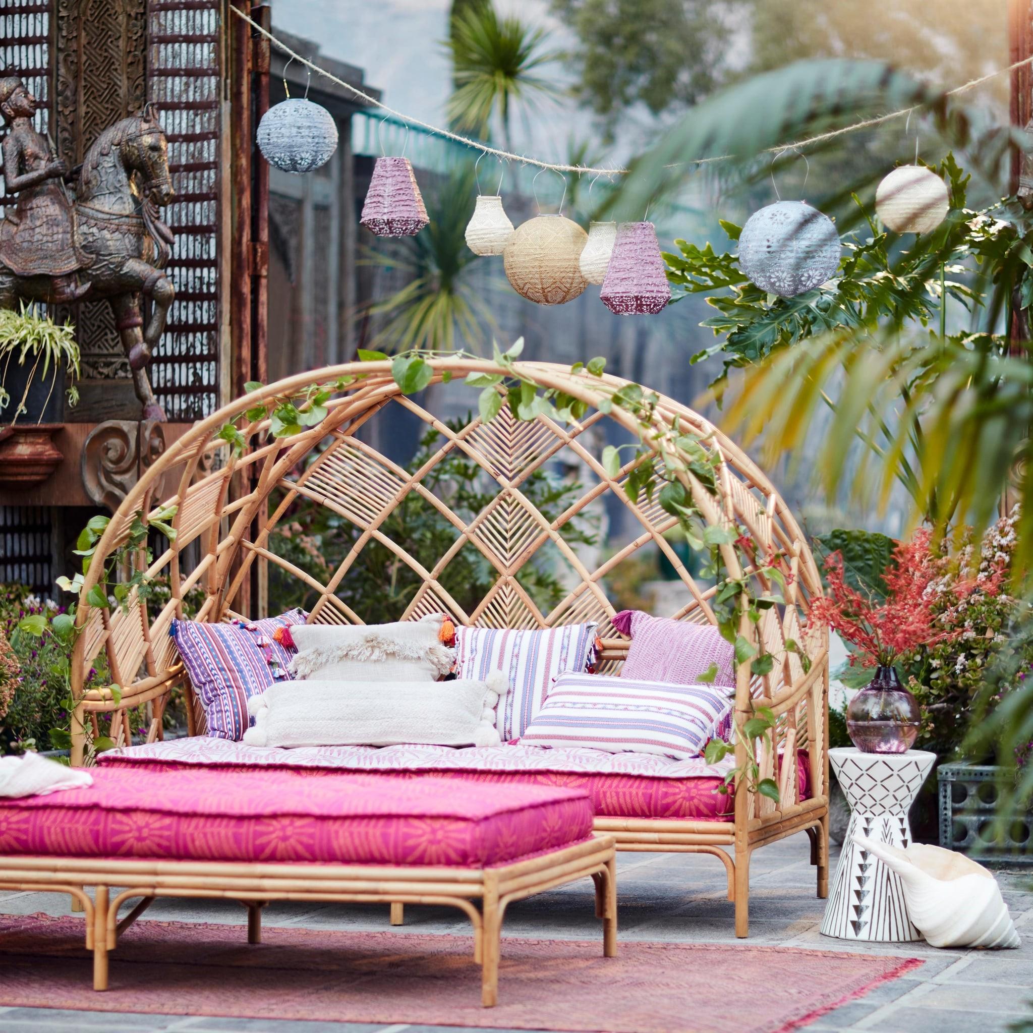 Un canape et un banc du même style et de la même couleur - ajoutez simplement une table basse et vous êtes prêts.