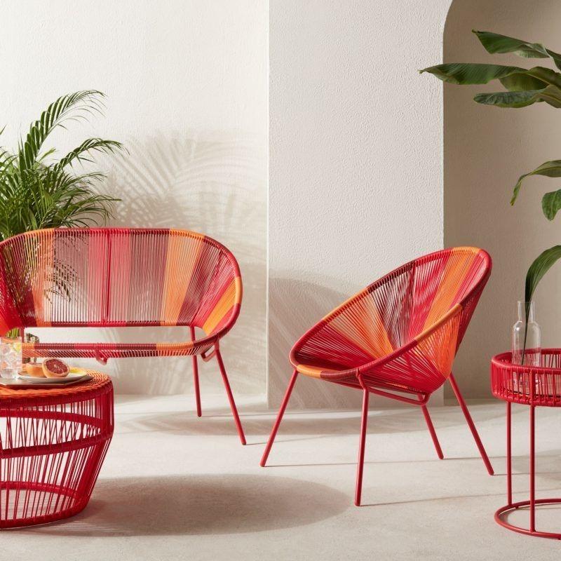 Choisissez rouge et orange pour un salon de jardin de style tropical.
