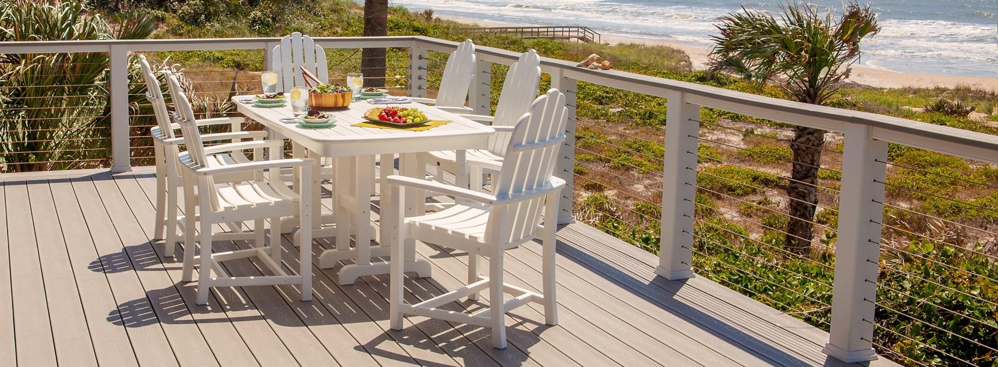 Ensemble de bistrot: idéal pour les repas de famille et les réceptions. Si l'espace est un problème, envisagez des bancs ou des chaises pliantes.