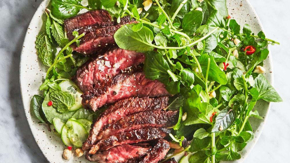 Au lieu d'utiliser le gril, mettez la côtelette au four. Choisissez une recette avec une marinade et faites cuire à feu doux.