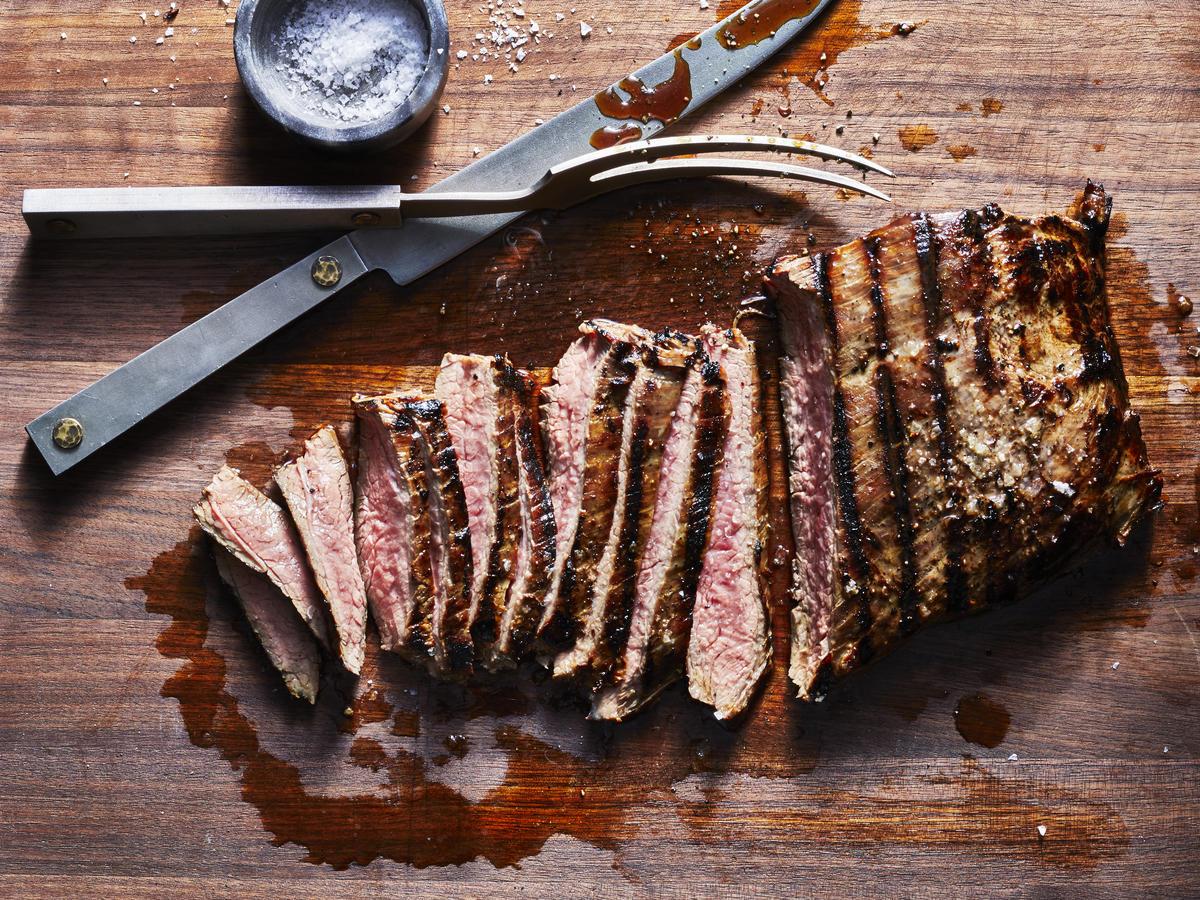 Faites la même chose avec le steak - utilisez du poivre noir, du piment ou autre chose.
