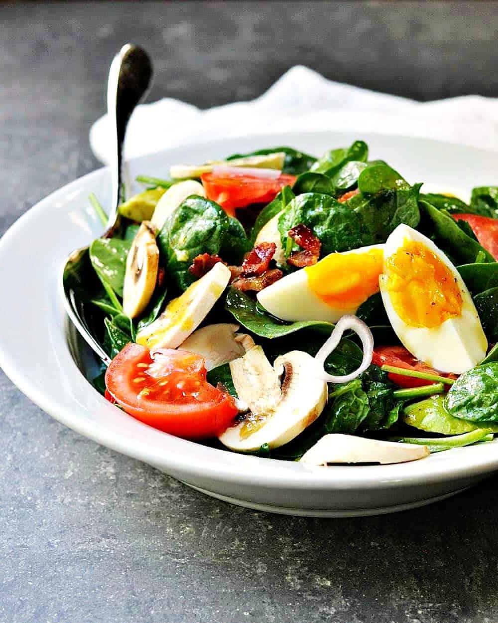 Une autre combinaison délicieuse - œufs, laitue et tomates, parfaite pour votre déjeuner.