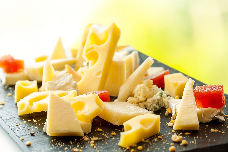 Limitez-vous à 1-2 petits morceaux. Ou vous pouvez choisir un type de fromage plus léger comme la mozzarella, la ricotta ou la fêta.