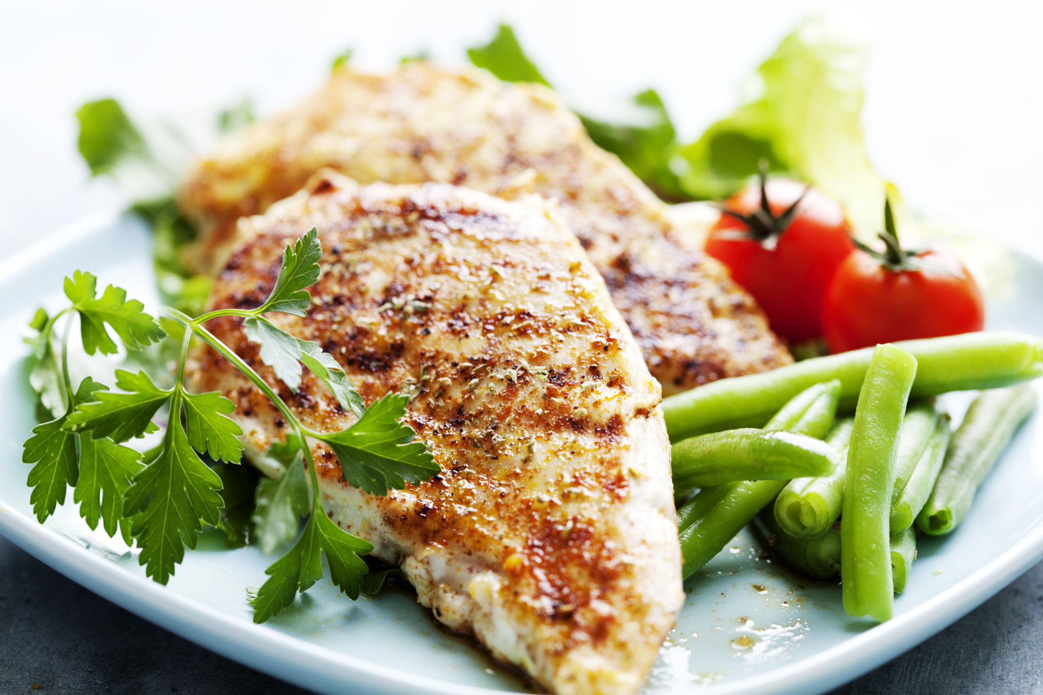 Puisque vous ne pouvez pas utiliser de sel, ajoutez des épices au poulet avant de le cuire.