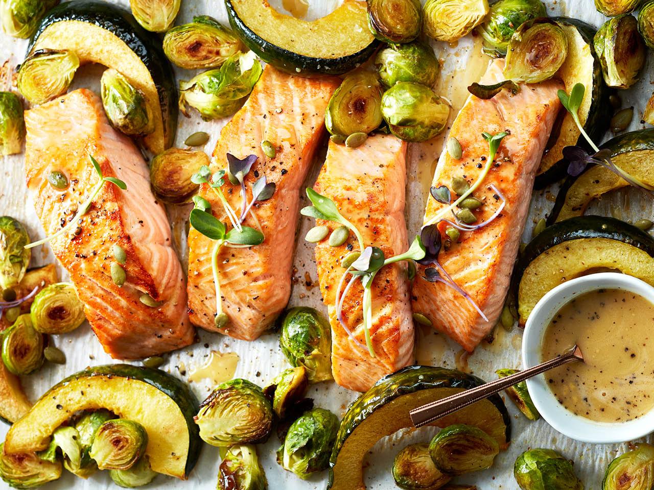Une recette simple et rapide: choisissez un filet de saumon, mettez du jus de citron, un peu d'huile d'olive et du fenouil. Mettez-le au four à 180 degrés pendant 15 minutes et il sera prêt!