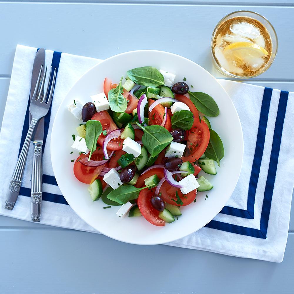 Salade grecque assaisonnée à la vinaigrette au citron vert