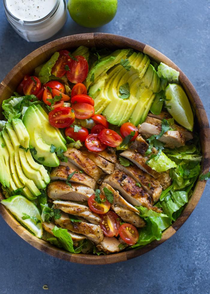 Une salade de poulet, d'avocats bien mûrs et d'oignon rouge, assaisonnée à la vinaigrette au citron vert