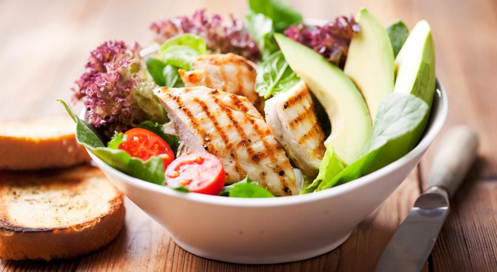 Salade de poulet et avocat facile, rapide et délicieuse