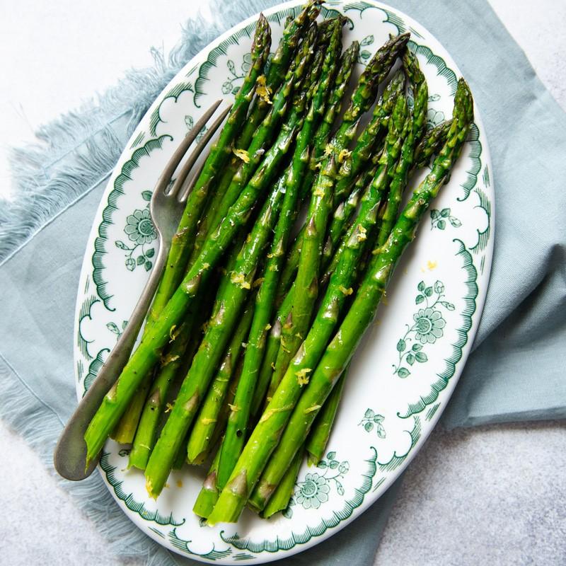 Les asperges sont très riches en fibres, en vitamine C, en folate, en vitamine K et en antioxydants du carotène. De plus, il est très riche en protéines, comparé à la plupart des légumes.