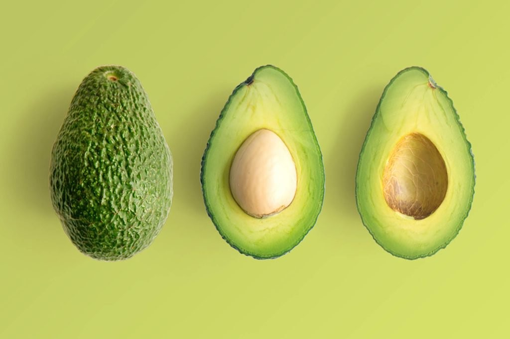Le premier est l'avocat. Un type de fruit unique qui, au lieu d'être riche en glucides, est chargé de graisses saines.