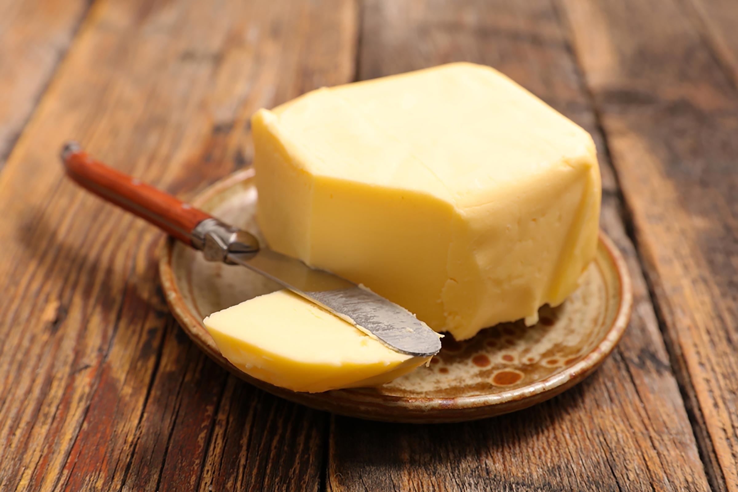 Une fois diabolisé pour sa teneur élevée en graisses saturées, le beurre fait son grand retour. Choisissez du beurre nourri à l'herbe si vous le pouvez, car il contient plus de certains nutriments.