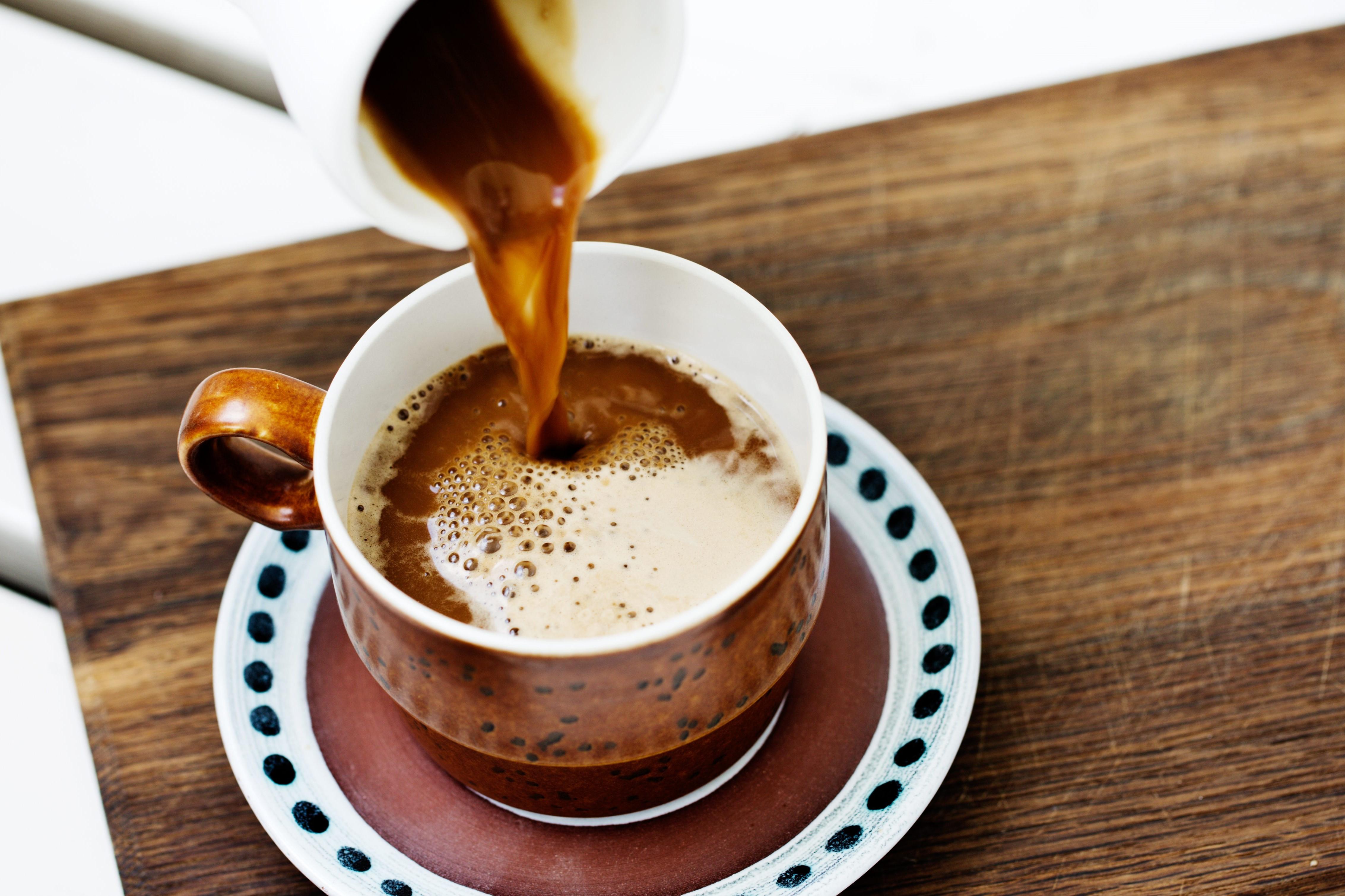 Bien qu'il ait été diabolisé dans le passé, le café est en fait très sain et l'une des plus grandes sources d'antioxydants alimentaires. Glucides: zéro.