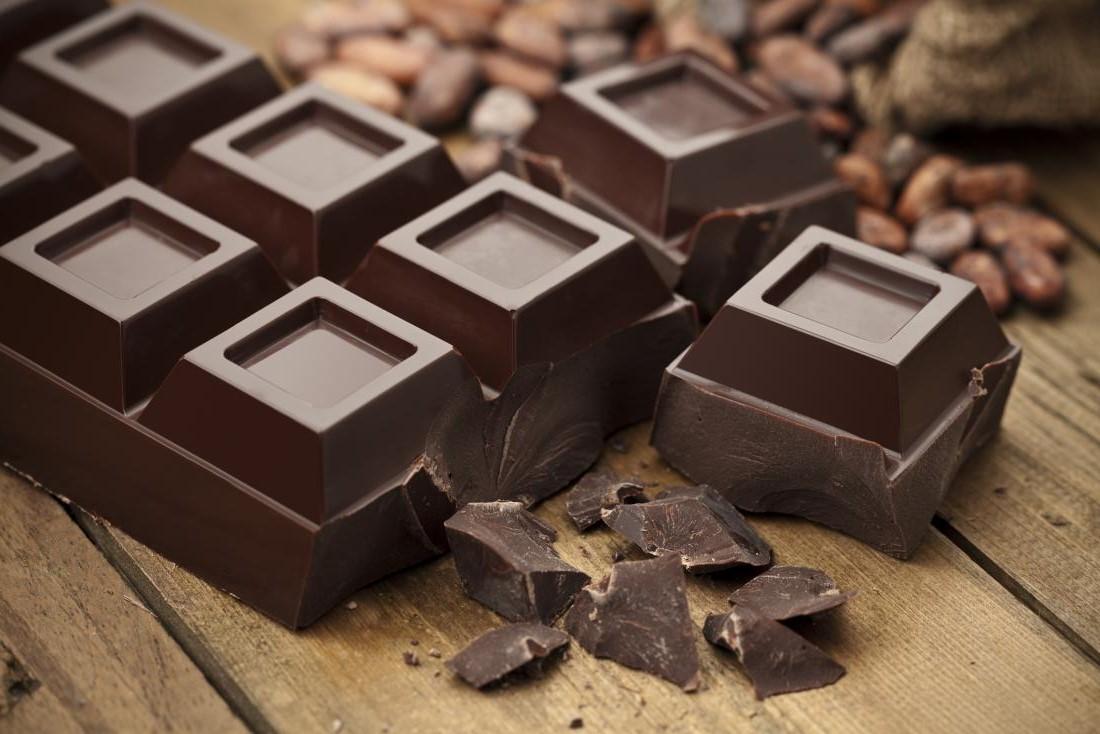 Cela peut surprendre certaines personnes, mais le chocolat noir de qualité est un festin parfait à faible teneur en glucides. Choisissez un vrai chocolat noir contenant au moins 70 à 85% de cacao. Cela garantit qu'il ne contient pas beaucoup de sucre.