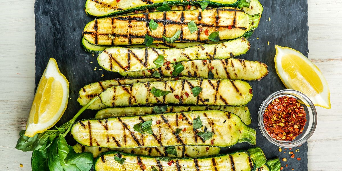 Essayez des courgettes tranchées finement et grillées ou rôties, puis combinées avec d'autres légumes et sauce pour obtenir une «lasagne» à faible teneur en glucides.