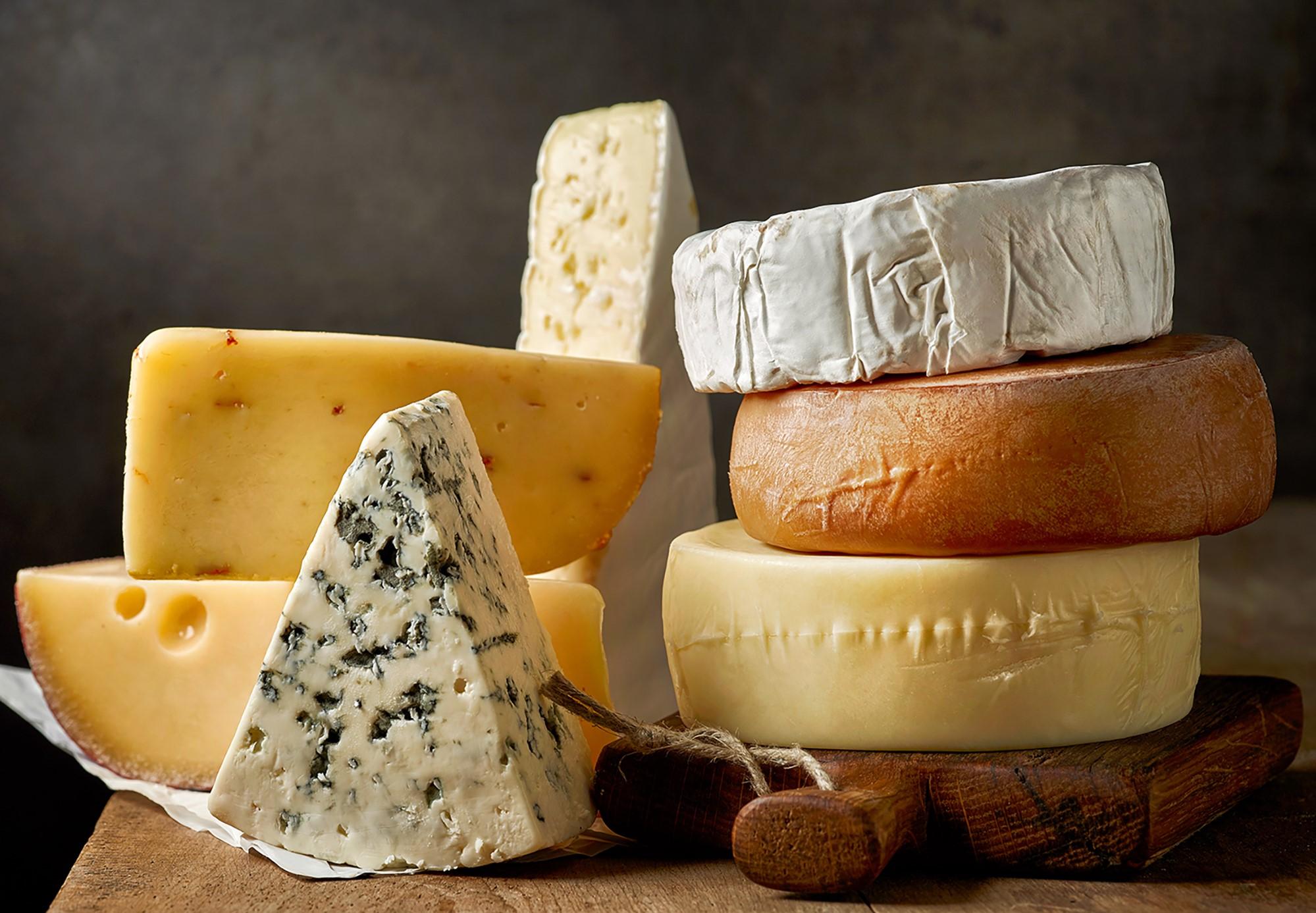 Le fromage fait également partie des aliments pauvres en glucides et peut être consommé cru et comme ingrédient de diverses recettes délicieuses. Une seule tranche contient une quantité similaire d'éléments nutritifs comme un verre de lait entier.