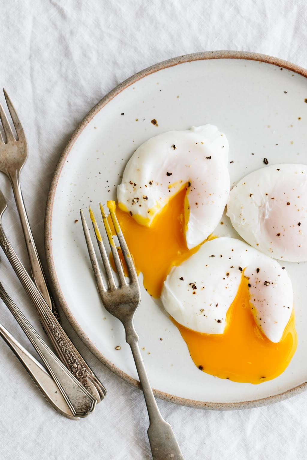 Les œufs contiennent zéro glucides. Ils sont chargés de divers nutriments - dont certains qui sont importants pour votre cerveau - et de composés qui peuvent améliorer la santé des yeux.