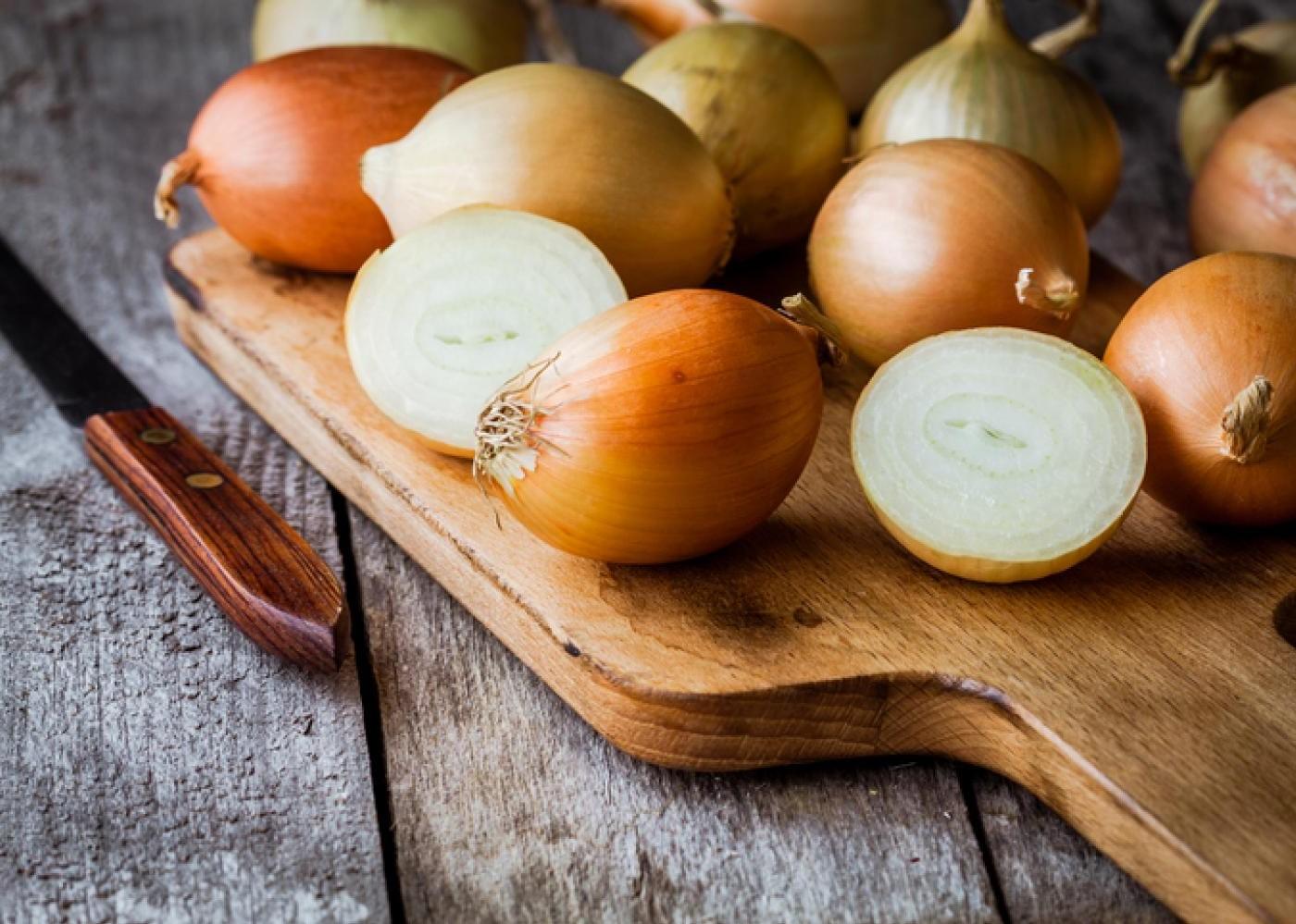 Les oignons font partie des plantes les plus savoureuses de la planète et ajoutent une saveur puissante à vos recettes. Ils sont riches en fibres, en antioxydants et en divers composés anti-inflammatoires.