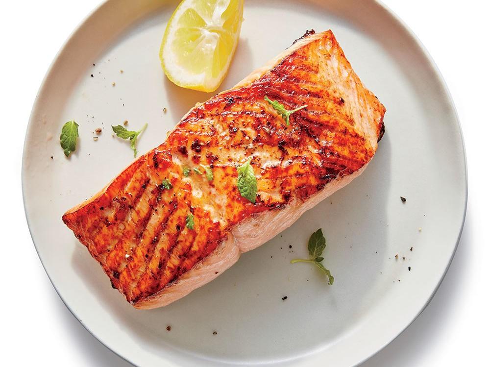 Le saumon est un poisson gras, ce qui signifie qu'il contient des quantités importantes de graisses saines pour le cœur - dans ce cas, les acides gras oméga-3.