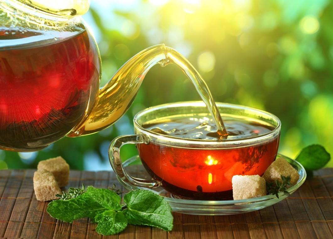 Le thé, en particulier le thé vert, a été étudié de manière assez approfondie et ses effets bénéfiques sur la santé sont impressionnants. Il peut même augmenter légèrement la combustion des graisses. Glucides: zéro.