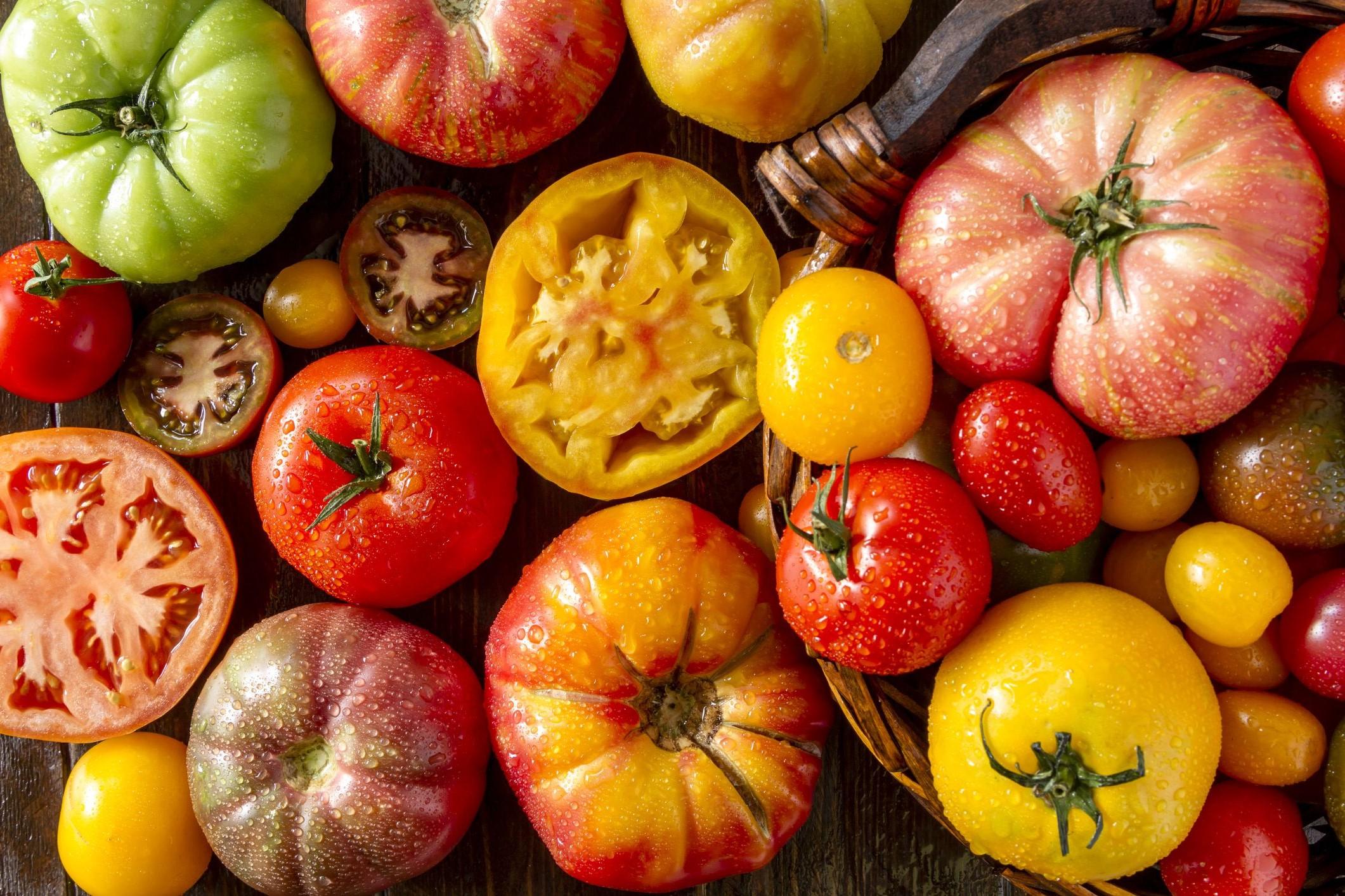 Les tomates sont techniquement des fruits mais généralement consommées comme légumes. Ils sont riches en vitamine C et en potassium. Glucides: 7 grammes dans une grosse tomate.