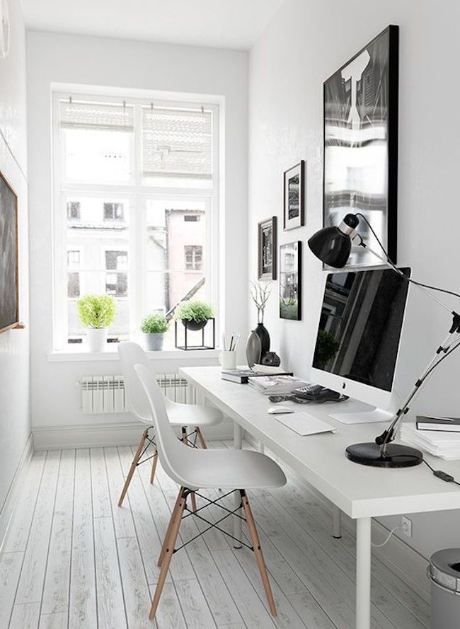 Si vous travaillez tard le soir, il est essentiel de bien éclairer votre bureau.