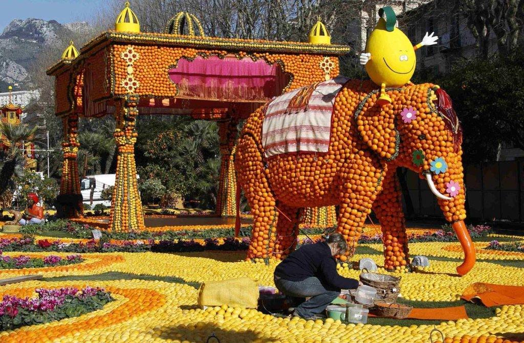 Des processions sont organisées sur la Promenade du Soleil, avec un mélange de chars à base d'agrumes, de confettis, de danseurs et de groupes folkloriques.