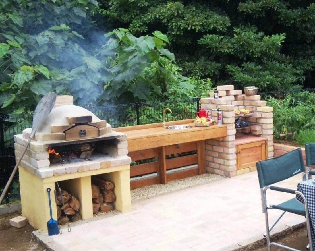 Idée pour déco un barbecue de jardin avec des briques