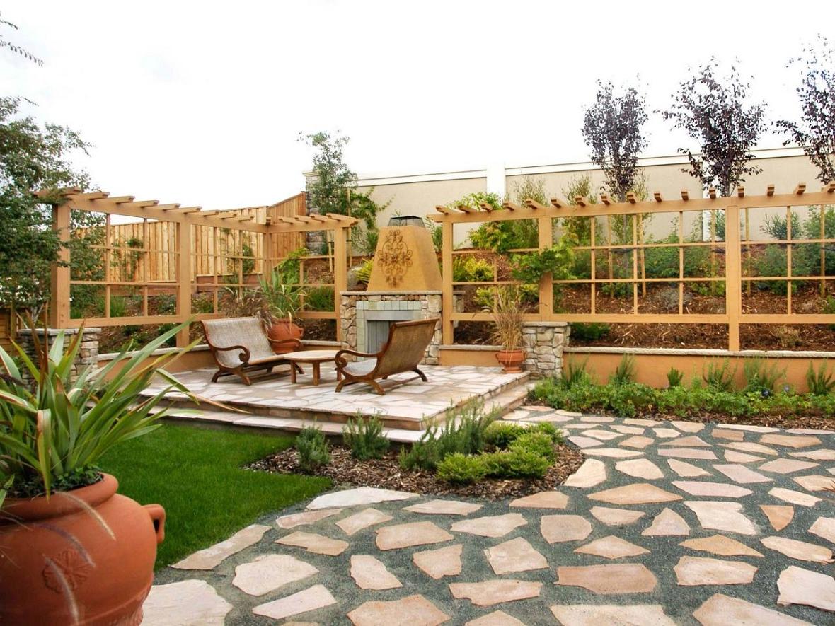 Déco du jardin de bois et de plantes vertes
