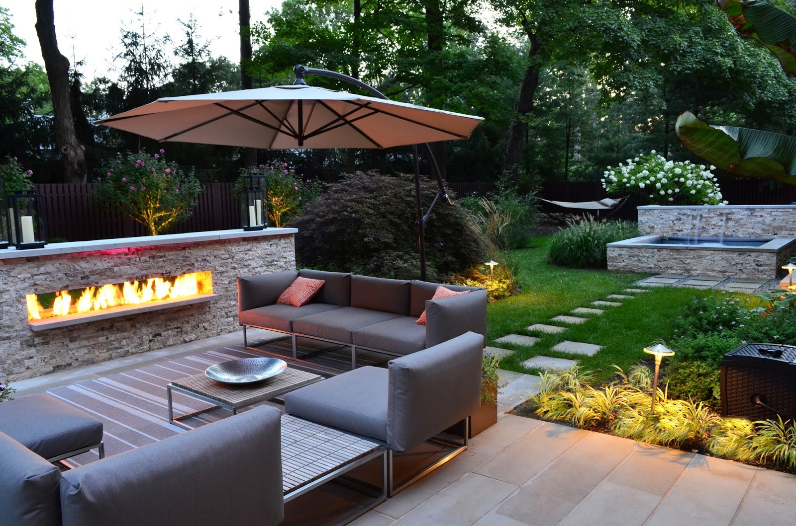Déco d'un jardin avec des meubles et une fontaine
