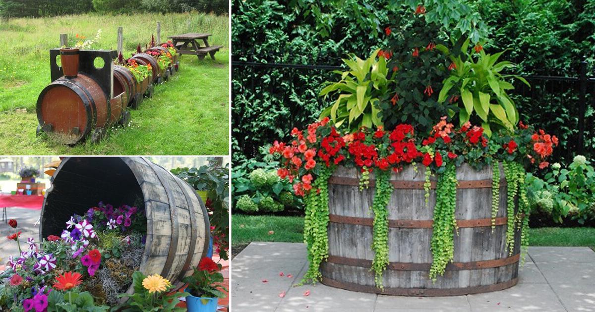 Idée pour déco le jardin avec des fleurs dans un petit tonneau