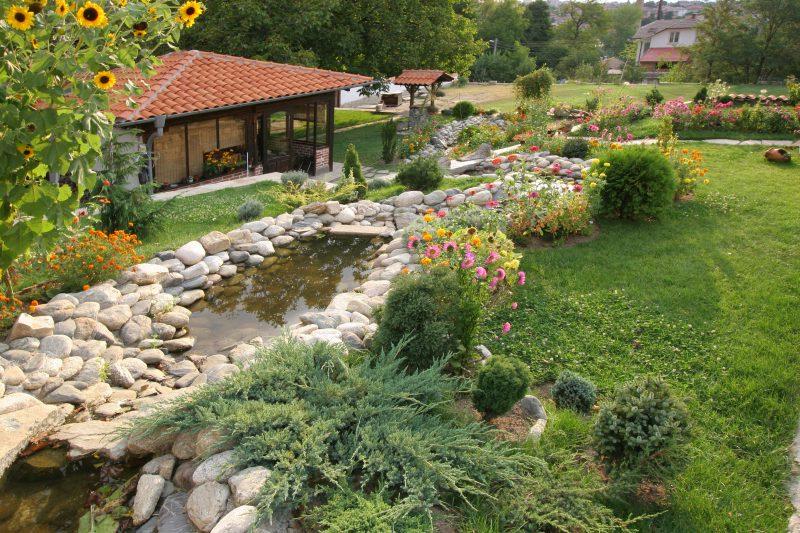 Une idée de déco dans le jardin avec un petit lac