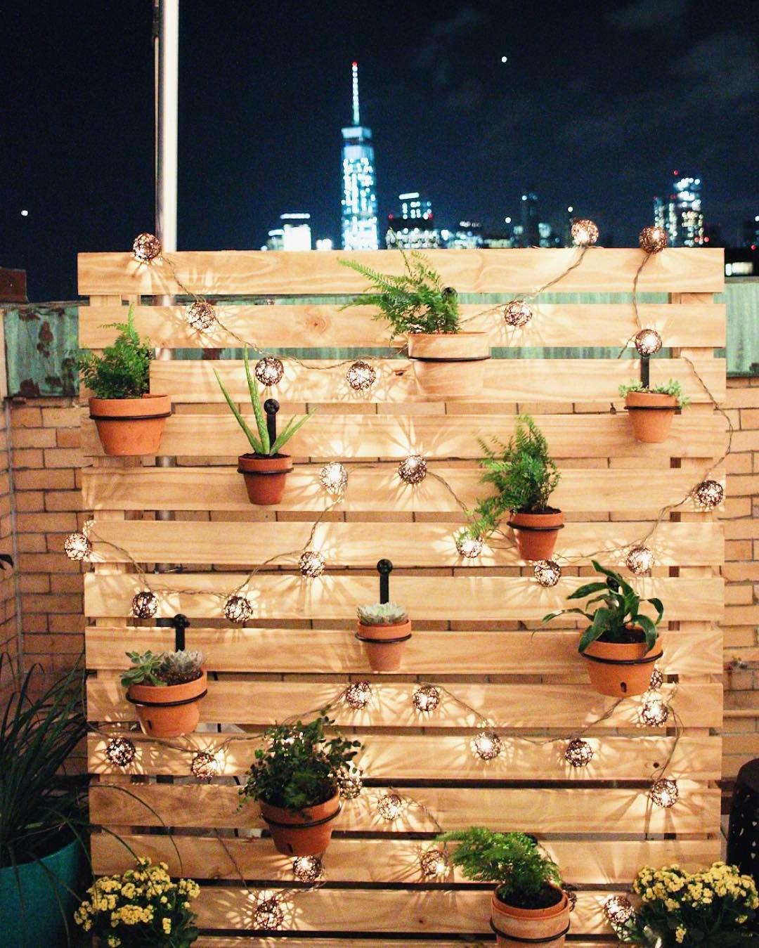 Idée pour la déco du mur de jardin avec des lumières