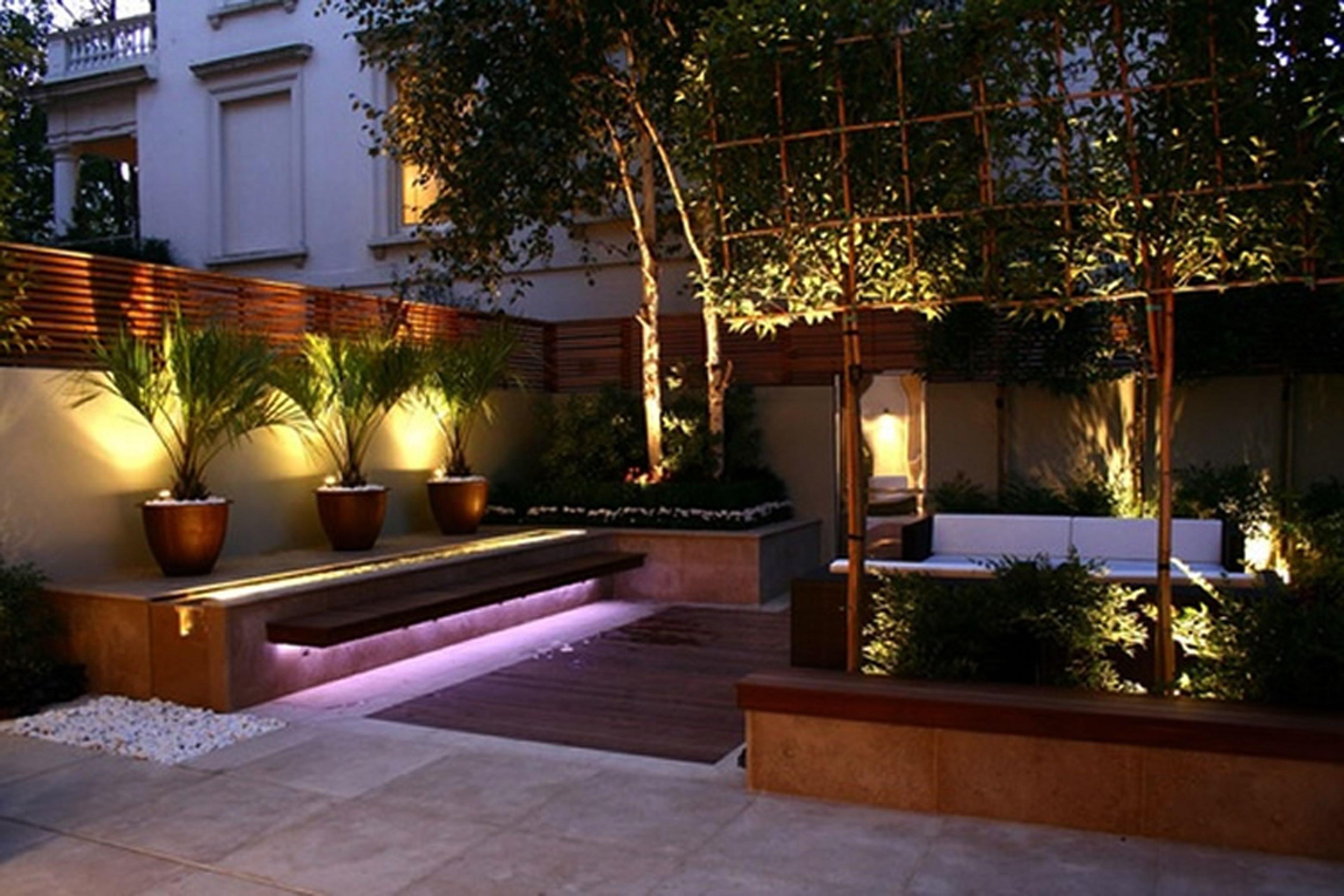 Une idée de déco le jardin avec des lumières