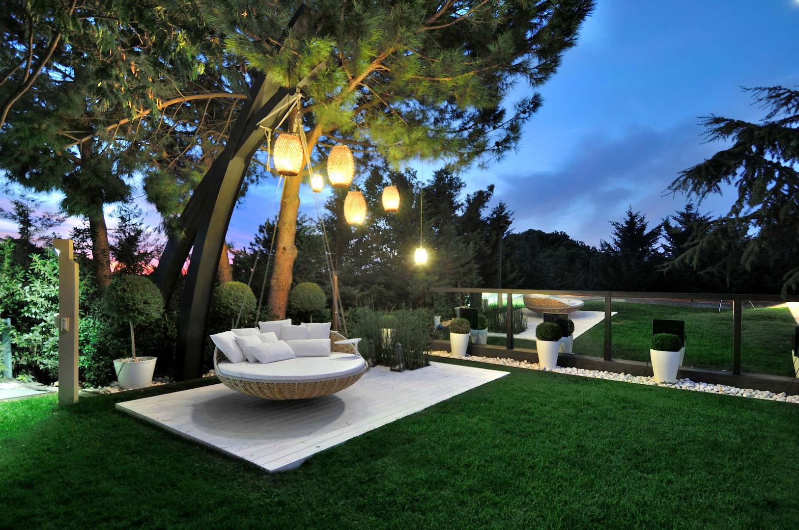 Idée de déco de jardin avec balançoire et lumières