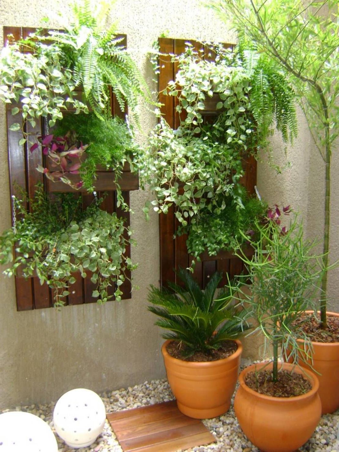 Déco jardin - une étagère avec des fleurs