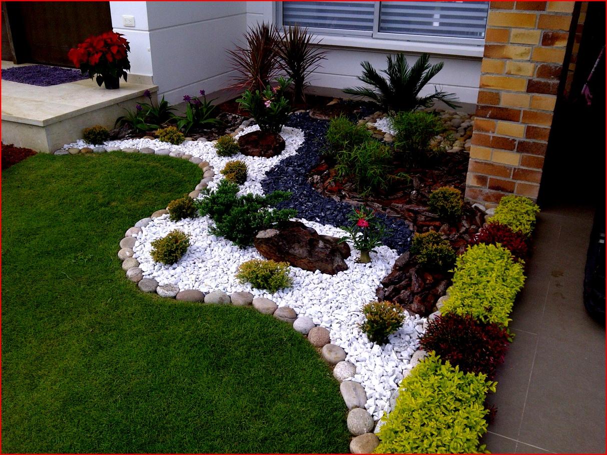 Déco dans le jardin avec des pierres et des fleurs