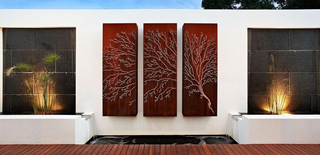 Cet art mural en trois parties rend le patio si élégant.