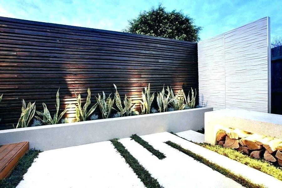 Vous pouvez également transformer les murs autour de votre jardin en utilisant de nouvelles lumières ou des guirlandes lumineuses.
